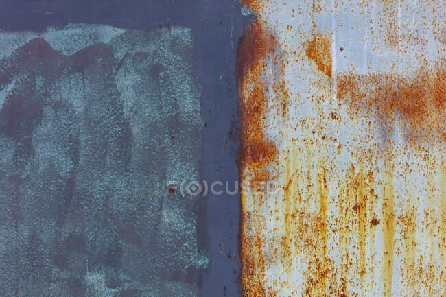 Закрыть стену, со следами ржавчины и краски, вандализма и гниения . — стоковое фото