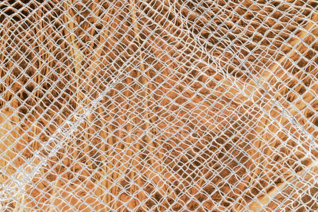 Détail du filet de pêche commercial recouvrant la bâche — Photo de stock