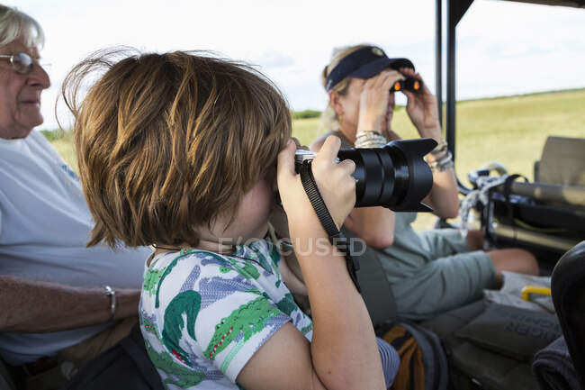 Ragazzo di 5 anni che fotografa, Riserva Moremi, Botswana — Foto stock