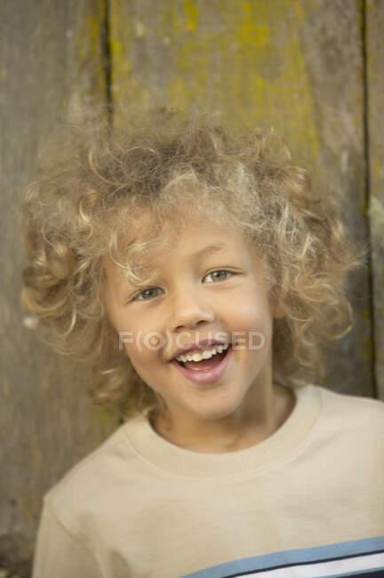 Портрет хлопчика, що посміхається перед камерою. — стокове фото