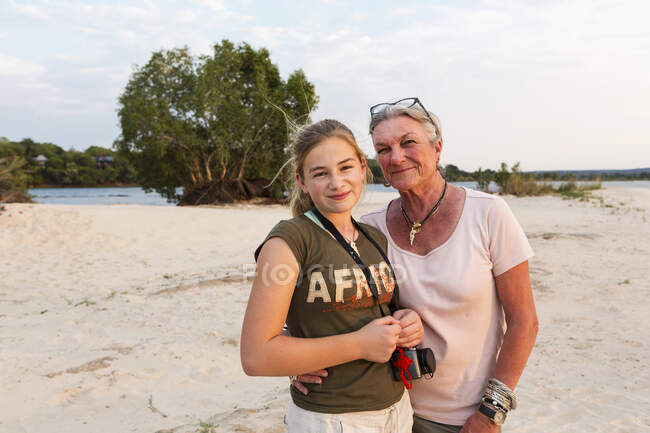 Mulher sênior e adolescente em férias. — Fotografia de Stock