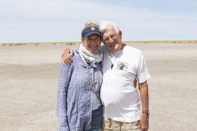 Adult woman and her senior father, Kalahari Desert, Makgadikgadi Salt Pans, Botswana — Stock Photo