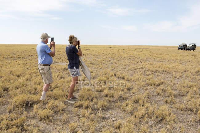 Семья смотрит на Мясо, Калахари Дезерт, Макгадикгади Сальт Кастрюли, Ботсвана — стоковое фото