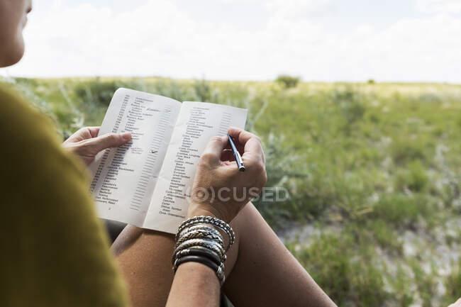 Donna che scrive nel veicolo safari, Botswana — Foto stock