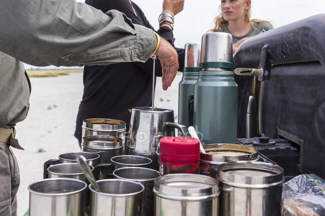 Крупным планом металлические кофейные чашки на сафари автомобиль, Ботсвана — стоковое фото