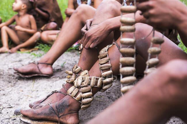 Beinschmuck, traditionelle Strapse, die von den Buschmännern der San People getragen werden. — Stockfoto