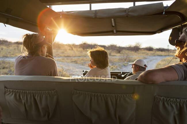 Семья в сафари автомобиль, пустыня Калахари, Makgadikgadi Salt Pans, Ботсвана — стоковое фото