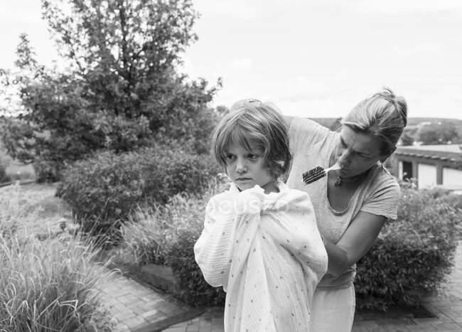 5 años de edad, chico conseguir su corte de pelo por la madre fuera - foto de stock