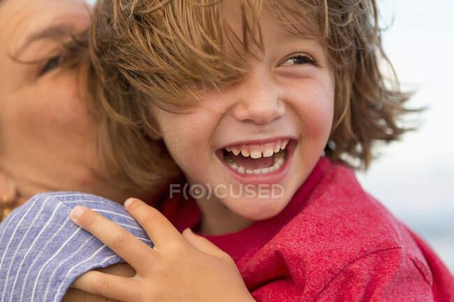 Sorridente 5 anno vecchio ragazzo a il spiaggia — Foto stock