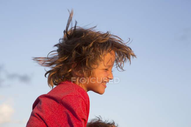 Lächelnder 5-jähriger Junge bei Sonnenuntergang am Strand, Georgien — Stockfoto