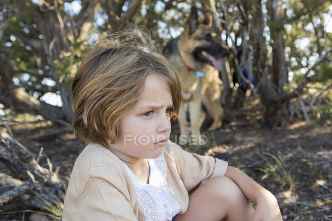 4 ans garçon randonnée avec son chien berger allemand — Photo de stock