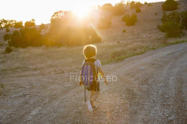 4-летний мальчик на закате, Лами, шт. Нью-Мексико — стоковое фото