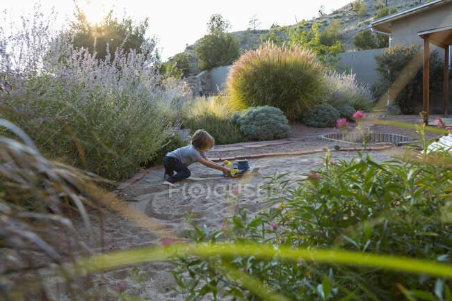 Niño de 4 años jugando en su patio trasero - foto de stock