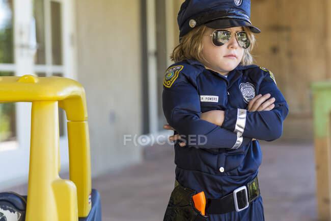 4-річний хлопчик, одягнений у поліцейського. — стокове фото
