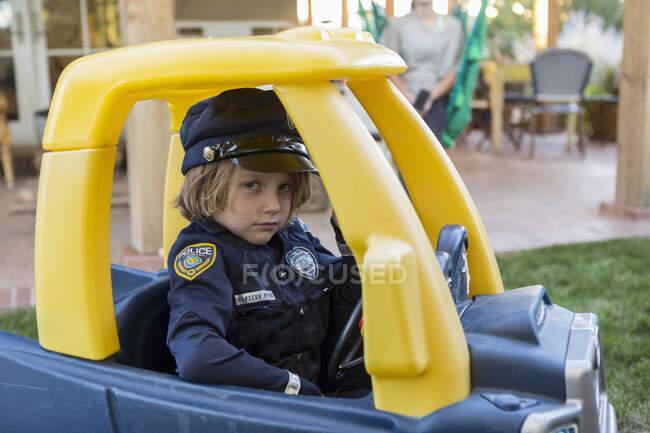 Garçon de 4 ans habillé en policier — Photo de stock