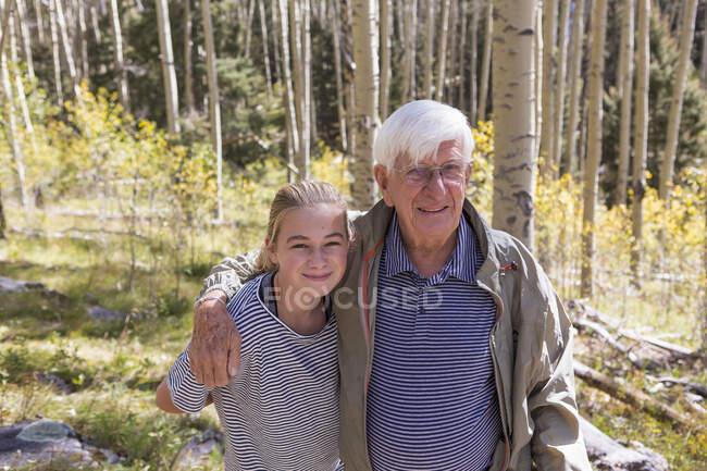 Портрет дідуся з 11 - річною внучкою в лісі. — стокове фото