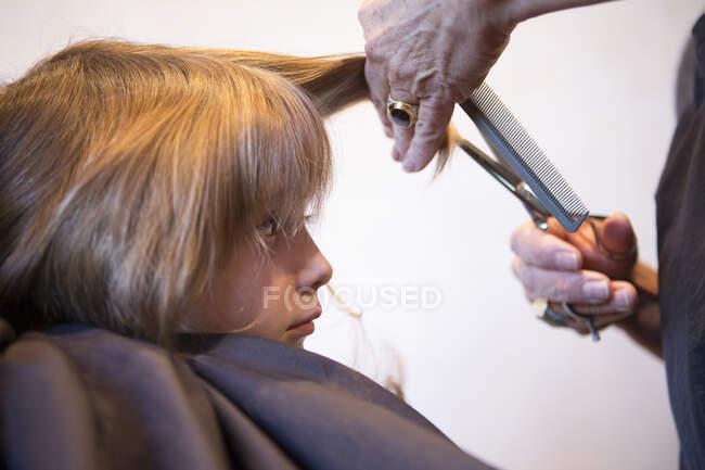 4-річного хлопчика підстригають, підстригають. — стокове фото