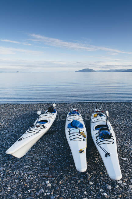 Kayak da mare su spiaggia remota, acque calme di Muir Inlet in lontananza,, Glacier Bay National Park and Preserve, Alaska — Foto stock