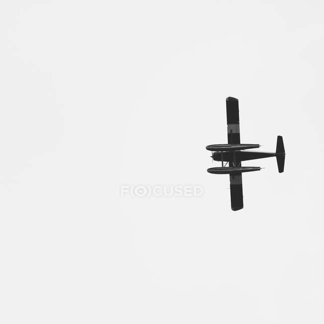 Avión de un solo motor volando a través del cielo abierto (el avión es un DeHavilland Beaver), Alaska, EE.UU. - foto de stock