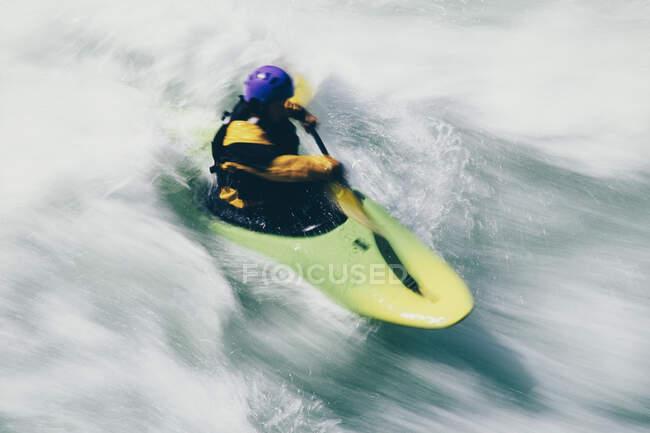 Kayaker Whitewater remare grandi rapide sul fiume Wenatchee — Foto stock