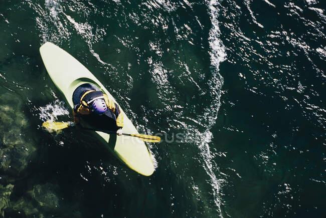 Vista aerea delle rapide pagaiate in kayaker di whitewater su un fiume che scorre veloce. — Foto stock