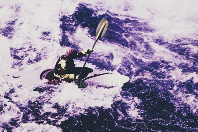 Immagine a infrarossi di colore bianco kayaker remare rapide fiume su un fiume che scorre veloce. — Foto stock