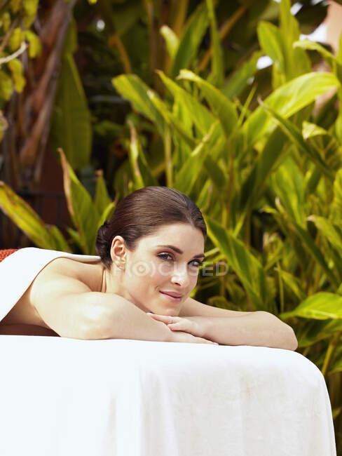 Donna caucasica in attesa di massaggio — Foto stock