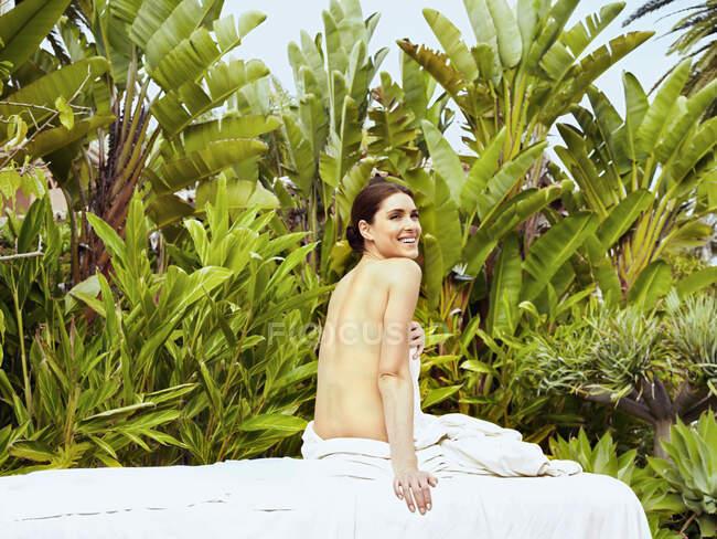 Mulher branca à espera de massagem — Fotografia de Stock