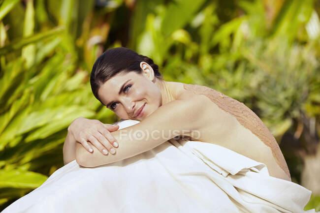 Femme caucasienne ayant boue spa traitement — Photo de stock