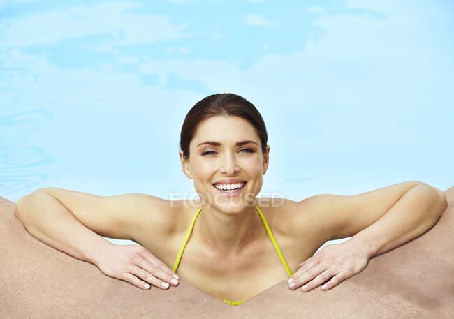 Красивая молодая женщина расслабляется в бассейне — стоковое фото