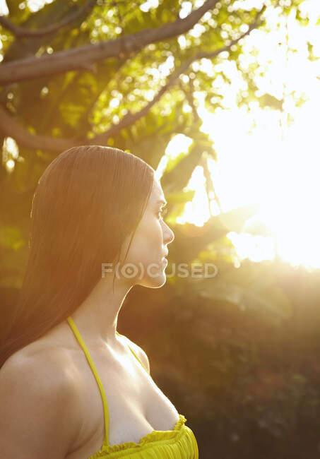 Mulher caucasiana com cabelo molhado em pé ao ar livre — Fotografia de Stock