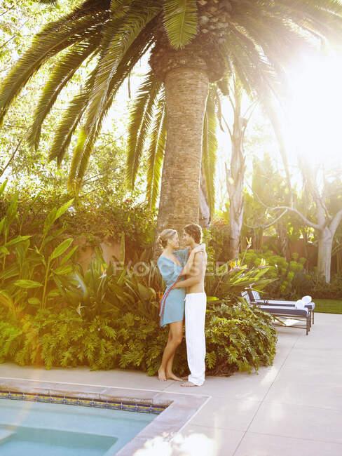 Белая пара обнимается у бассейна — стоковое фото