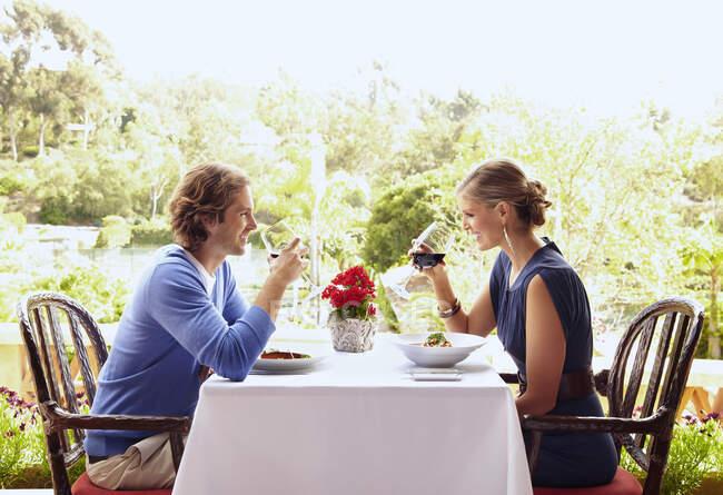 Glamoroso casal caucasiano comendo no restaurante — Fotografia de Stock