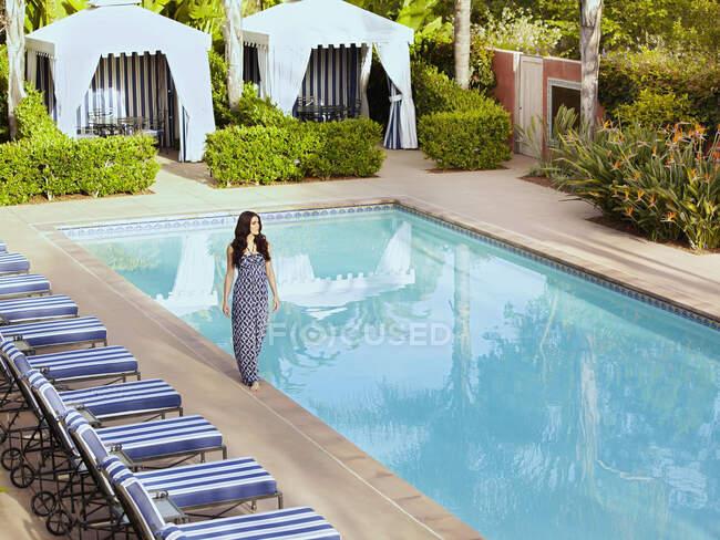 Donna caucasica a piedi vicino alla piscina — Foto stock