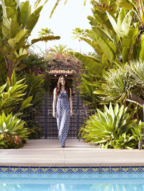 Donna caucasica cammina verso la piscina — Foto stock