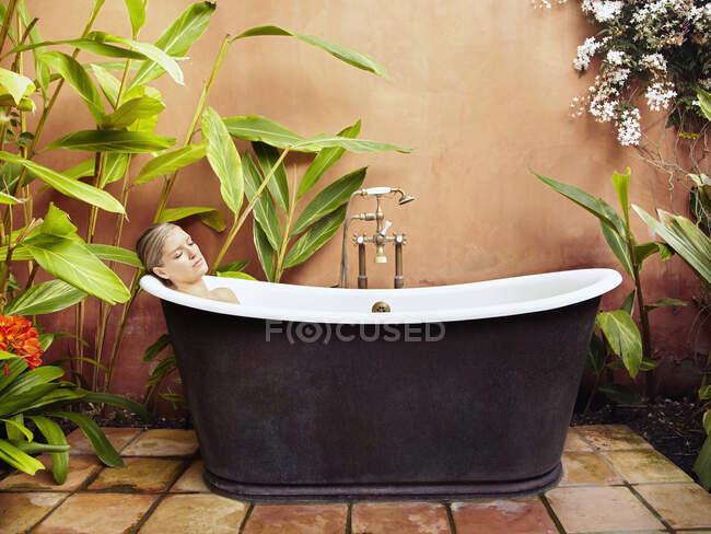 Bella giovane donna ammollo nella vasca vecchio stile — Foto stock