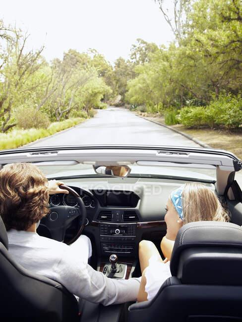Kaukasisches Paar fährt im Cabrio — Stockfoto