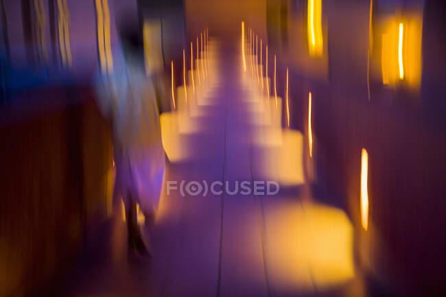 Размытие цветовой дорожки в отеле, освещенном в сумерках — стоковое фото