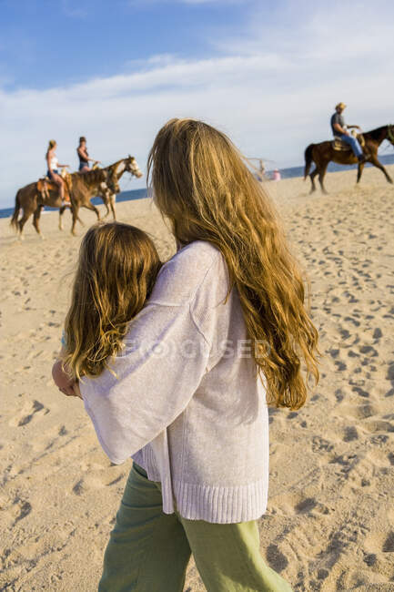 Mother and daughter playing on beach, Cabo San Lucas, Mexico — Stock Photo