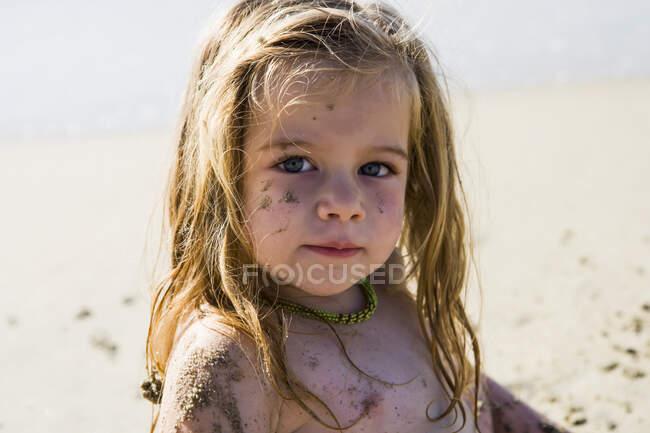 Ritratto di una bambina di 3 anni in spiaggia — Foto stock