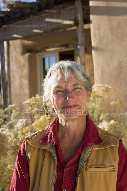 Donna matura a casa nella sua proprietà in un ambiente rurale — Foto stock