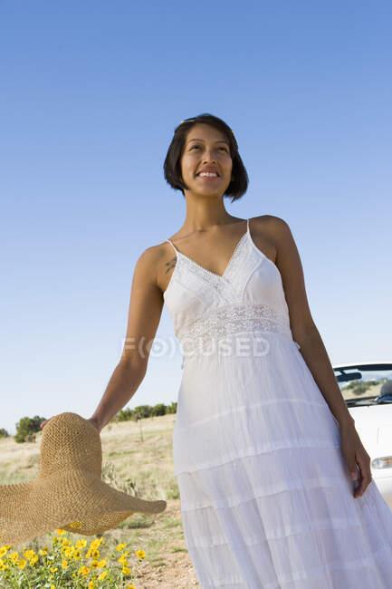 Indianerin im Sonnenkleid sitzt auf weißem Cabrio-Sportwagen — Stockfoto