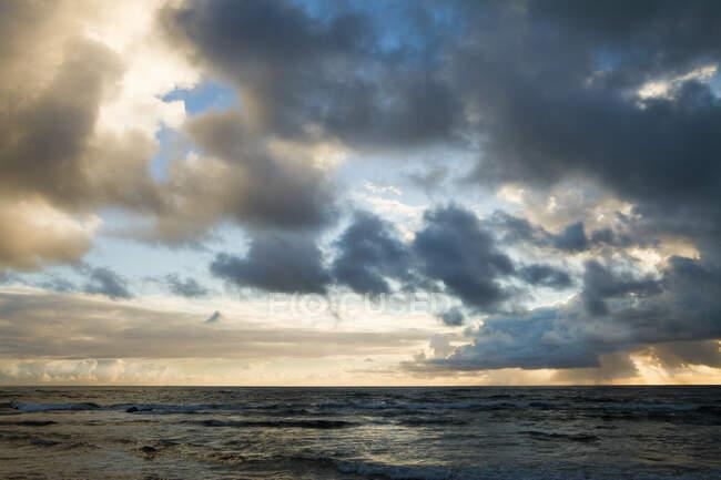 Красивые облака заката над Тихим океаном, Кауаи, Гавайи — стоковое фото