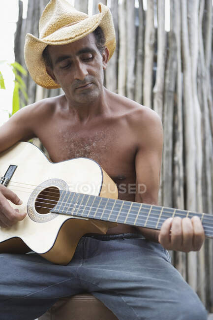 Middle aged man playing the guitar — Stock Photo