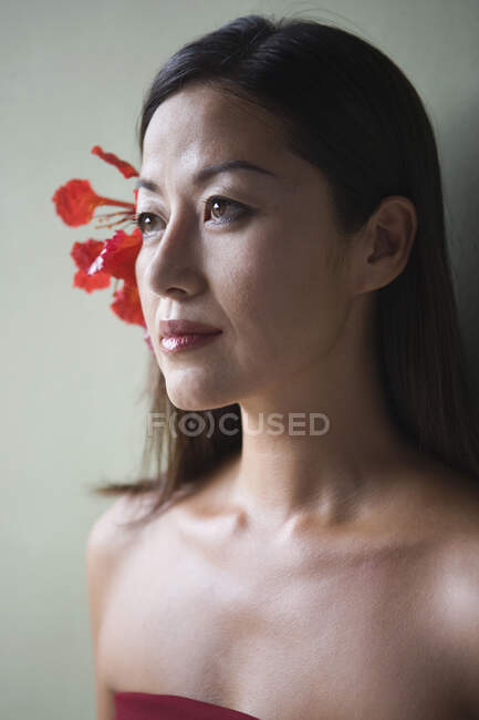 Woman posing with flower in her hair — Stock Photo