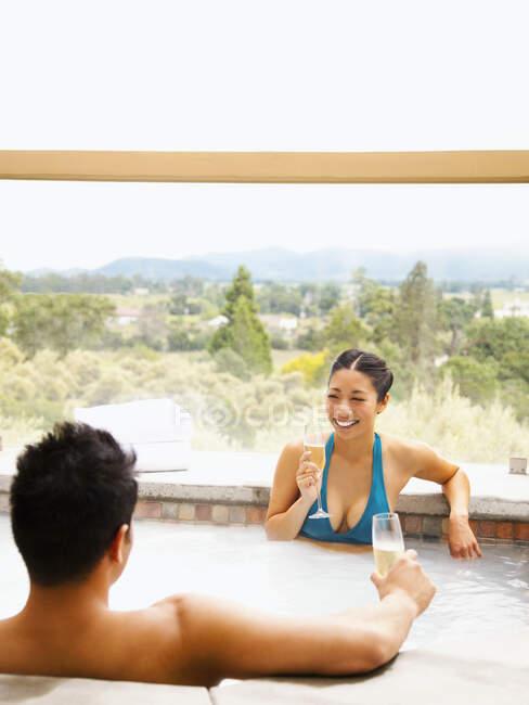 Asiatico coppia bere champagne in Caldo vasca — Foto stock