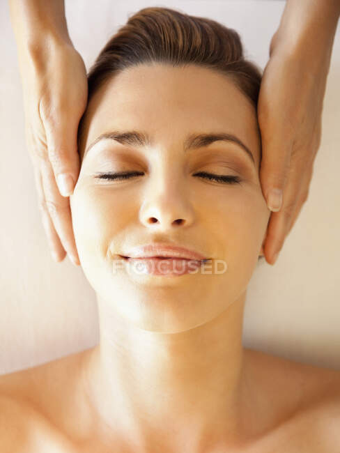 Кавказька жінка з масажем голови. — стокове фото