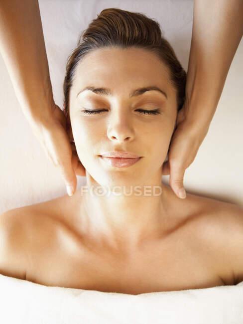 Mulher branca desfrutando de massagem na cabeça — Fotografia de Stock