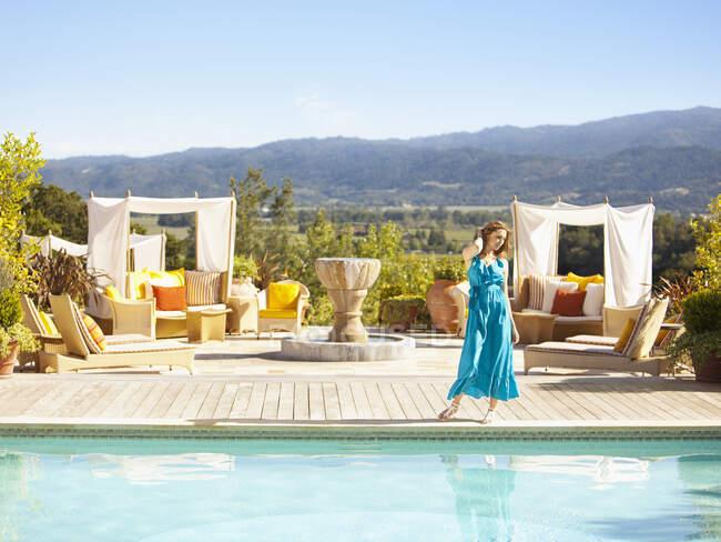 Donna caucasica in piedi vicino alla piscina — Foto stock