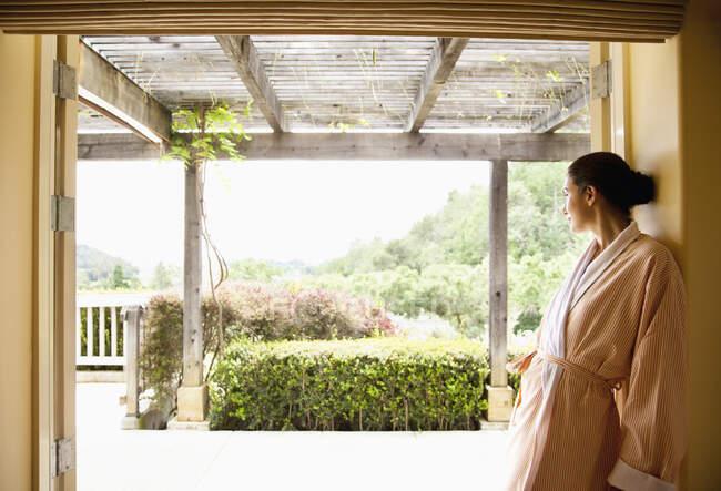 Mujer en albornoz con vistas a Napa Valley, California en un spa de lujo - foto de stock